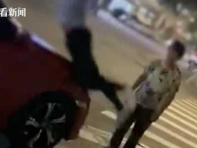 另一种?#27704;?#29983;活演员 男子飞身用头砸向过路汽车